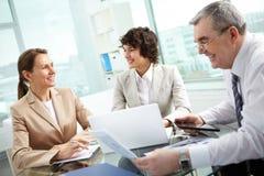 Discutindo matérias de negócio Fotos de Stock