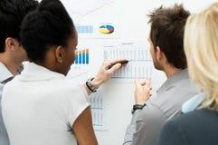 Discutindo o informe anual imagem de stock