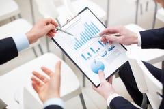 Discutindo o papel Imagens de Stock