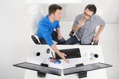 Discutindo o plano de negócios. Opinião superior dois homens de negócios que dicussing Fotos de Stock Royalty Free