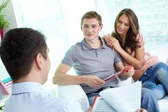 Discutindo o programa do seguro Imagens de Stock Royalty Free