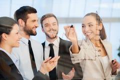 Discutindo o projeto bem sucedido do negócio Foto de Stock Royalty Free