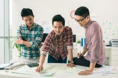 Discutindo o projeto start-up Imagens de Stock