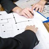 Discutindo plantas arquitectónicas Imagem de Stock Royalty Free