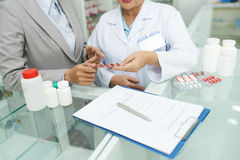 Discutindo a prescrição médica foto de stock royalty free