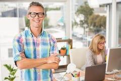 Diseñador casual sonriente delante de su colega de trabajo imágenes de archivo libres de regalías