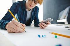 Diseñador creativo Drawing en el escritorio Fotografía de archivo libre de regalías