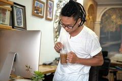 Diseñador creativo en el trabajo foto de archivo