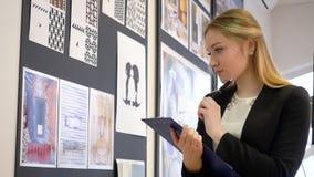Diseñador creativo que trabaja en el nuevo bosquejo para el proyecto de la arquitectura en estudio almacen de video