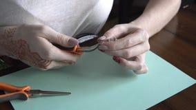 Diseñador de la joyería que trabaja en el estudio, creando pedazos hechos a mano únicos metrajes