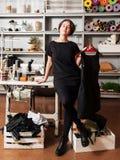 Diseñador de la ropa en interior del taller de costura Foto de archivo
