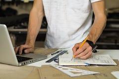 Diseñador de los accesorios o de los bolsos del consumidor en el trabajo en taller Manos imagen de archivo