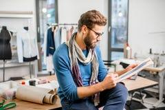 Diseñador de moda en el estudio fotografía de archivo libre de regalías