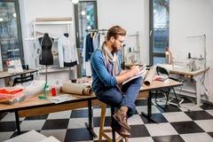 Diseñador de moda en el estudio imagen de archivo