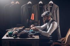 Diseñador de moda en el trabajo Código de vestimenta del negocio handmade mecanización de costura Chaqueta de costura del sastre  foto de archivo libre de regalías
