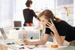 Diseñador de moda en oficina fotos de archivo