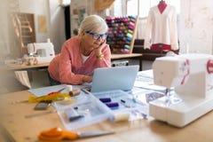 Diseñador de moda mayor confiado en su taller Imagen de archivo