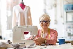 Diseñador de moda mayor confiado en su taller foto de archivo