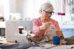 Diseñador de moda mayor confiado en su taller Fotografía de archivo libre de regalías
