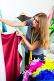 Diseñador de moda o sastre que trabaja en estudio Imagen de archivo libre de regalías