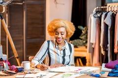 Diseñador de moda que trabaja en la oficina Fotos de archivo libres de regalías