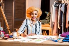 Diseñador de moda que trabaja en la oficina Fotografía de archivo libre de regalías