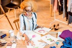 Diseñador de moda que trabaja en la oficina Fotografía de archivo
