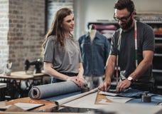 Diseñador de moda que trabaja en su estudio imagen de archivo