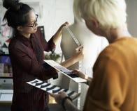 Diseñador de moda que usa a una cinta métrica en un maniquí fotografía de archivo libre de regalías