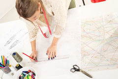 Diseñador de moda With Sewing Pattern Imagen de archivo libre de regalías