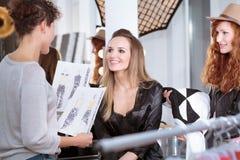 Diseñador de moda y modelo profesional imagen de archivo libre de regalías