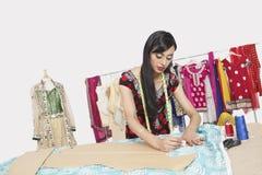 Diseñador de sexo femenino indio de la ropa que trabaja en estudio del diseño fotos de archivo