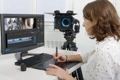 Diseñador de sexo femenino joven que usa la tableta de gráficos fotos de archivo libres de regalías