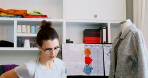 Diseñador de sexo femenino que trabaja en casa 4k almacen de video