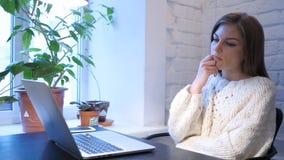 Diseñador de sexo femenino Thinking para el trabajo en oficina fotografía de archivo libre de regalías