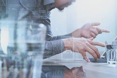 Diseñador del sitio web que trabaja el ordenador portátil digital de la tableta y del ordenador con Imagen de archivo libre de regalías
