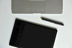 Diseñador Desk: Ordenador portátil y tableta gráfica Foto de archivo