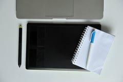 Diseñador Desk: Ordenador portátil y tableta gráfica Imagenes de archivo
