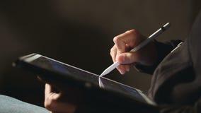 Diseñador Drawing y escalamiento en su tableta usando la aguja almacen de video
