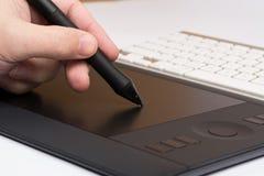 Diseñador Draws una pluma de Digitaces Foto de archivo libre de regalías