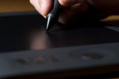 Diseñador Draws una pluma de Digitaces Imagenes de archivo
