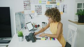 Diseñador elegante que presenta en la mesa almacen de metraje de vídeo