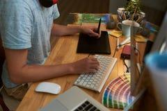 Diseñador en el trabajo imagenes de archivo