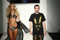Diseñador Eric Rosette y pista de los paseos del modelo durante el desfile de moda de MisterTripleX Imagenes de archivo
