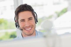 Diseñador feliz que tiene una comunicación en línea imagen de archivo