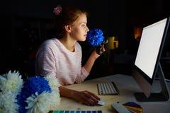 Diseñador floral en estudio oscuro fotos de archivo