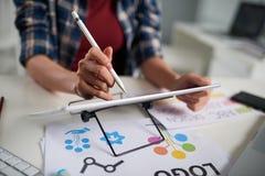 Diseñador gráfico creativo en el trabajo imagen de archivo libre de regalías