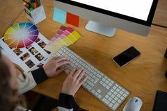 Diseñador gráfico de sexo femenino que trabaja en el escritorio fotografía de archivo