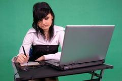 Diseñador gráfico de sexo femenino que usa la pluma de la tablilla. Imagen de archivo