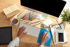 Diseñador gráfico en el trabajo foto de archivo libre de regalías
